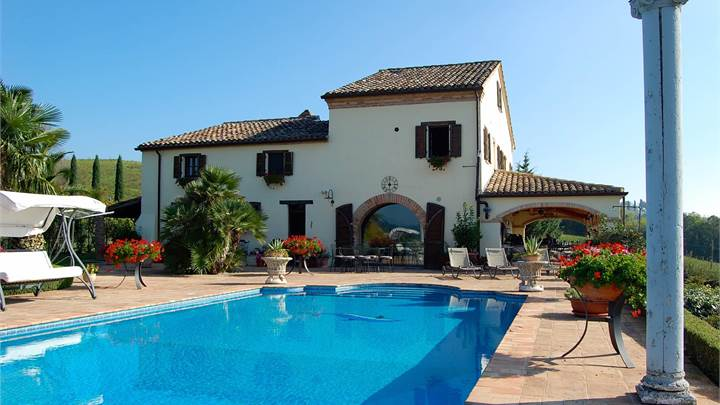 Villa with garden, swimming pool and dependance